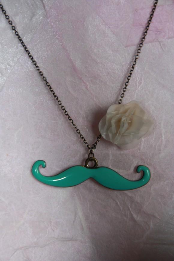 collier moustache